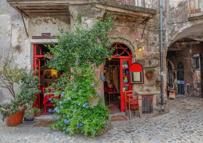 Neobičan italijanski gradić iza čijih balkona se krije umetnost 1