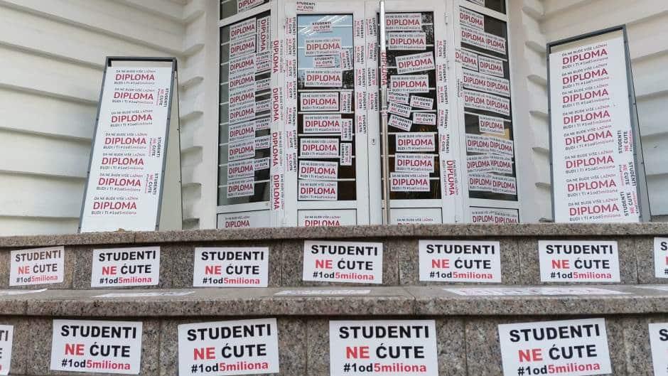 "Studenti ""Jedan od pet miliona"" oblepili nalepnicama ulaz FON-a 3"