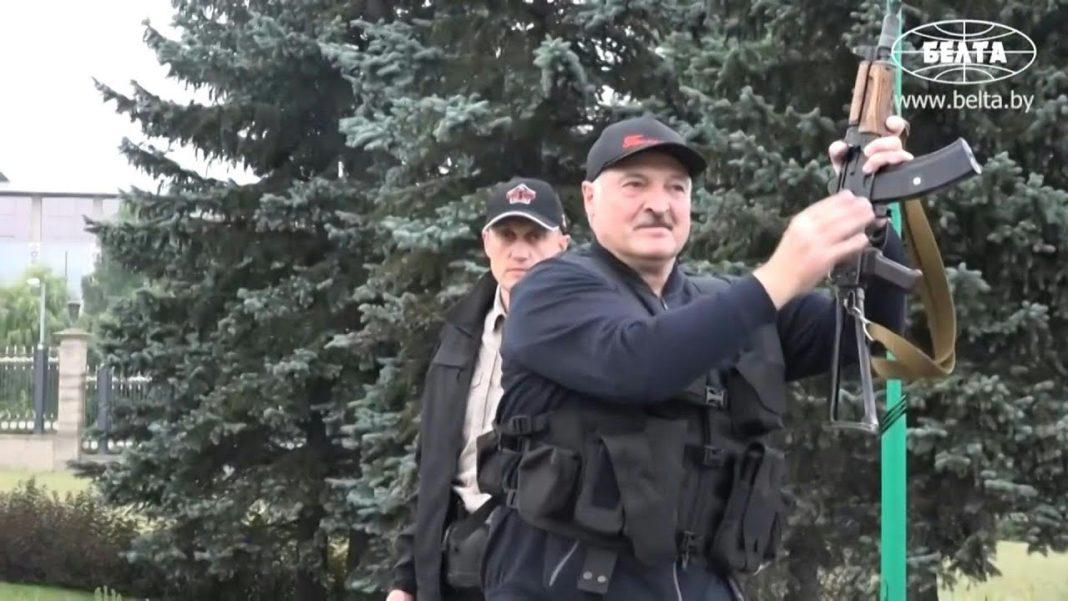 RUSKI SENATOR: Lukašenko sa automatom izgleda odlučno 1