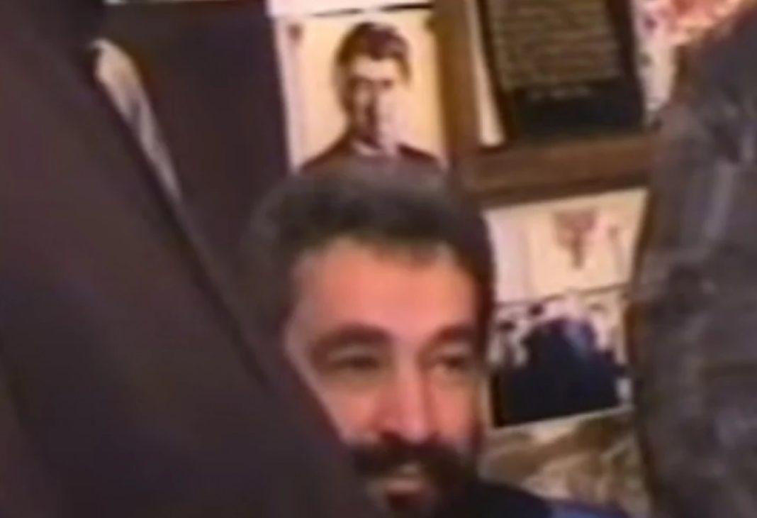 """MILOVI MEDIJI ISKOPALI SNIMAK KRIVOKAPIĆA IZ 1999. """"Sedi ispod Karadžićeve slike u društvu četnika"""" VIDEO 1"""