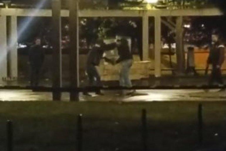 (VIDEO) RAT NA ULICAMA BEOGRADA: Sevali noževi, desničari uleteli među migrante! 1