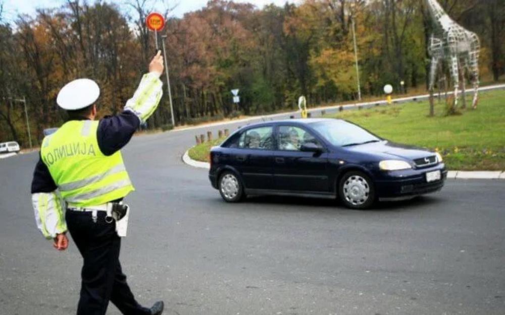 IŽIVLJAVANJE POLICIJE NAD GRAĐANIMA: Ko dozvoljava ovakvu BAHATOST Saobraćajnoj policiji? (VIDEO) 1