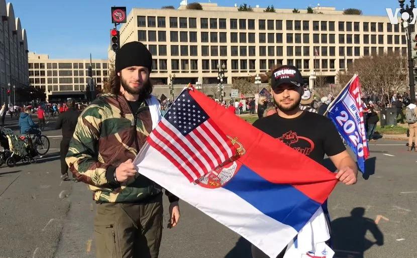 """PROTESTI: Amerikanac razvio srpsku trobojku u ime """"pravde za Srbe"""" 1"""